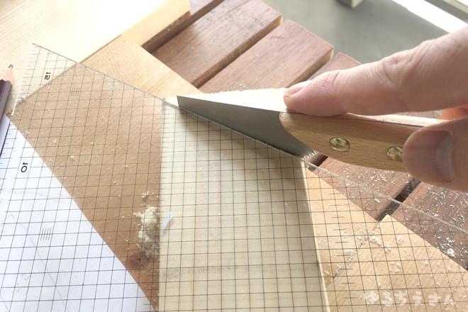 角度をつけて木材を切る