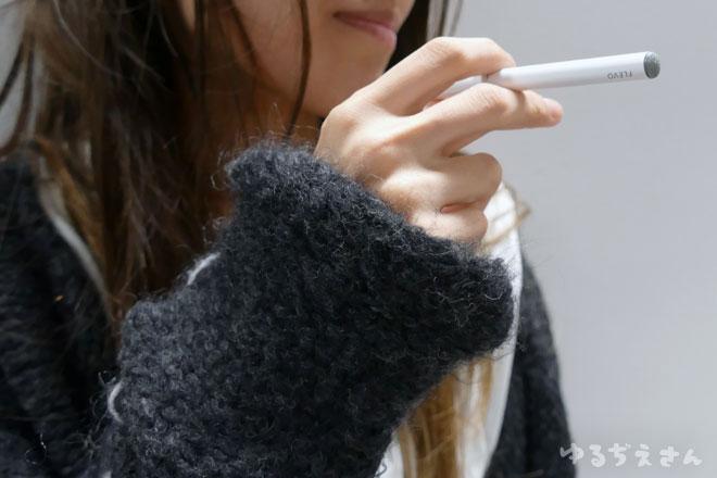 電子タバコflevoを吸う女性